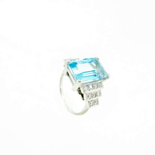 LARGE AQUAMARINE & DIAMOND RING